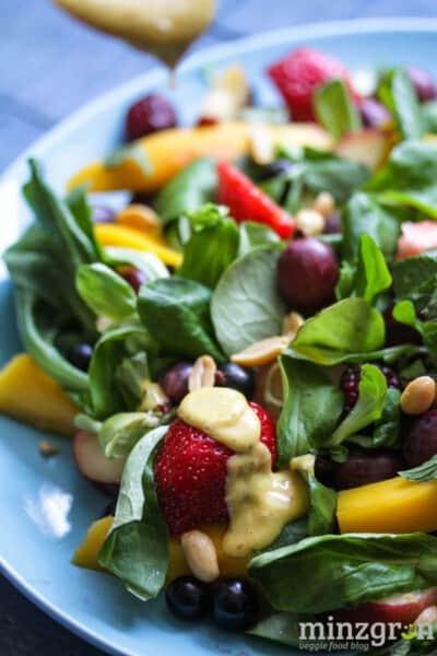 Fruchtiger Sommersalat mit Mango-Chili-Dressing