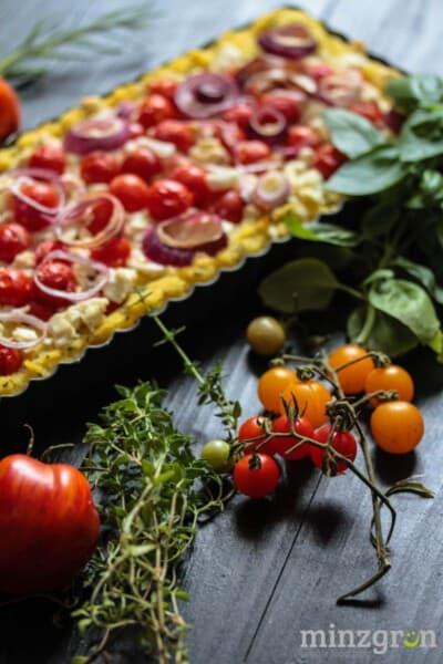 Kräuterpolenta-Tarte mit Tomaten und Feta