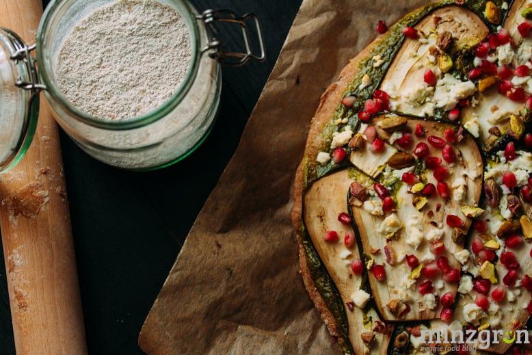 Pizza mit Auberginen, Feta, Granatapfel