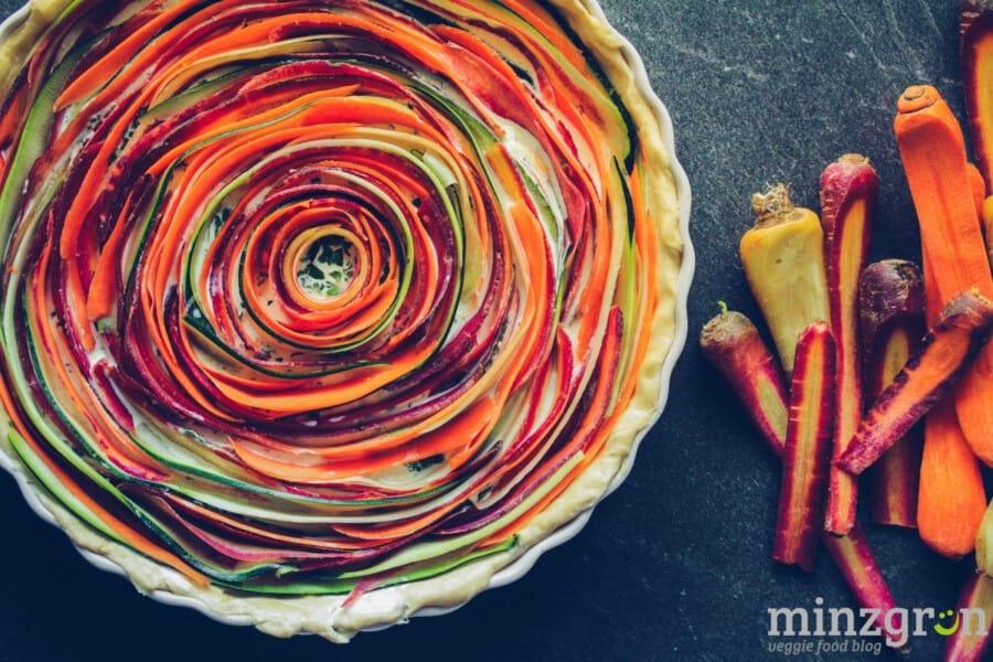 Bunte Möhren-Zucchini-Quiche mit Kräuterfrischkäse