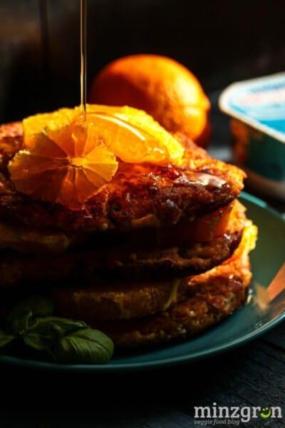 Hüttenkäse-Pancakes mit Orange und Basilikum
