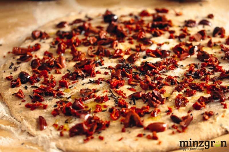 Kräuterquarkbrot mit Tomaten und Oliven